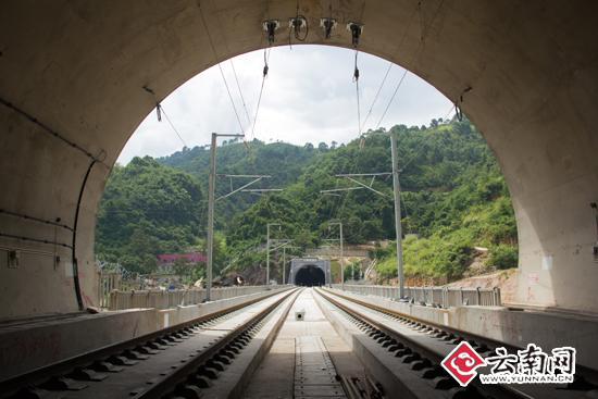 铁路穿过隧道
