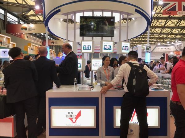 """5月17日,第18届中国国际食品和饮料展(""""中食展"""")开幕,图为美国肉业展台。"""