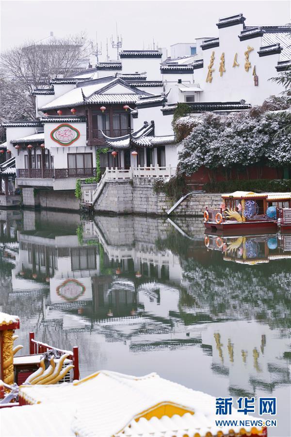 这是12月31日在江苏省南京市夫子庙景区拍摄的雪景。近日,吾国众地迎来降雪,雪后的中国古典修建别有韵味。新华社发(方东旭)