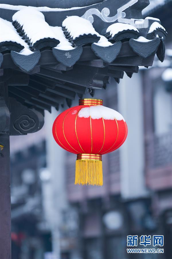 这是12月31日在江苏省南京市夫子庙景区拍摄的一盏红灯笼。近日,吾国众地迎来降雪,雪后的中国古典修建别有韵味。新华社发(方东旭)