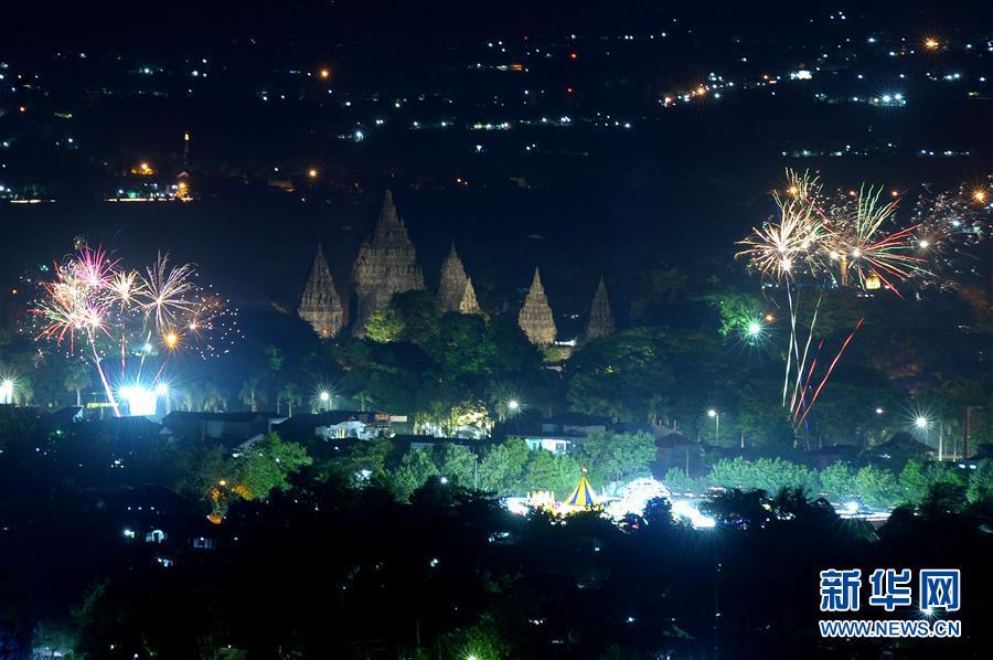 这是2018年12月31日在印度尼西亚日惹举走的跨年祝贺运动上拍摄的烟火外演。 新华社发(苏普里扬托摄)