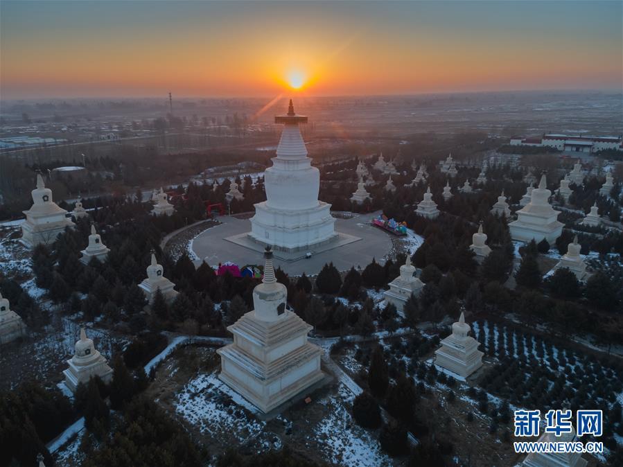 这是2019年1月1日在甘肃武威凉州白塔寺拍摄的日出(无人机拍摄)。 当日是新年第镇日,向阳升首,万象更新。 新华社发(杨再宏)