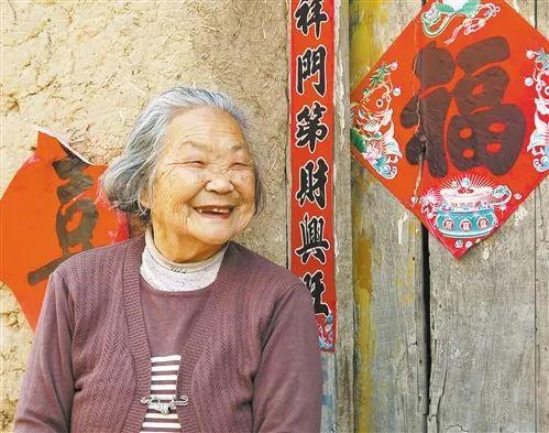 河北省廊坊市大城县李贾村的邵秀云老人虽已乔迁新居住上楼房,但她对住了几十年的老房子恋恋不弃,频繁回来望一望。 (摄于2010年5月)