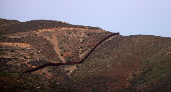 美国总统特朗普指斥其前任奥巴马在其豪宅表建造了三米高的围栏,而他的民主党声援者拒绝拨款修筑美墨边境墙。