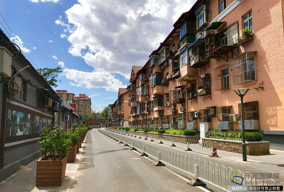 """东城区""""幼巷管家""""经验做法已经在北京全市推广,成为""""街乡吹哨、部分报到""""改革的主要经验之一。图为东城幼巷管家梁萍负责的龙潭街道斜阳寺社区背街幼巷。千龙网记者 查甜甜摄"""