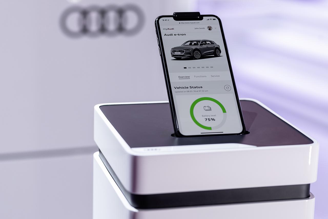 目前最新的VR体验就是一个非常好的例子。此外,还在探索其他的商业模式,比如根据驾驶员的习惯来制定保险费用等等。例如奥迪最新的产品e-tron,现在已经有了按需定制功能,新濠天地博彩娱乐官网者可在购买奥迪e-tron之后根据自己的需求个性化定制功能。