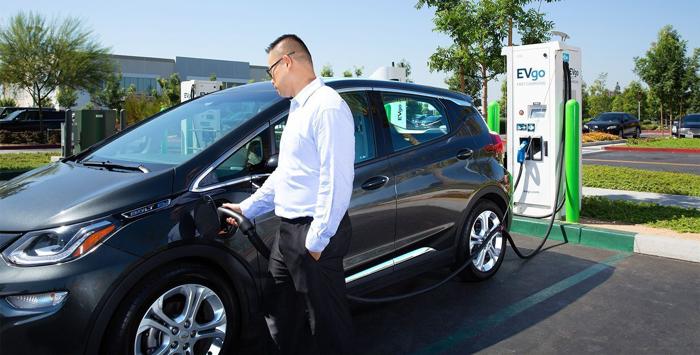 盖世汽车讯 当地时间1月9日,通用汽车(GM)公司宣布与美国最大的三家充电网络EVgo、ChargePoint以及Greenlots合作,以改进其为客户提供的电动汽车充电解决方案。