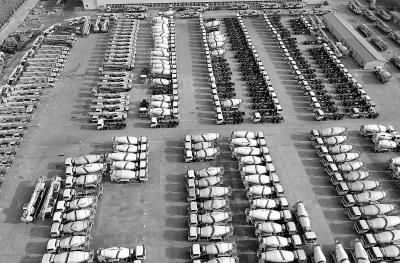 """日前,从河北省发改委获悉,2018年河北压减炼钢产能1229.9万吨、炼铁1087万吨、煤炭1401万吨、火电54.95万千瓦,钢铁""""僵尸企业""""全部出清,超额完成年度计划任务。同时,河北通过加快发展战略性新兴产业、推动制造业高质量发展、做大做强现代服务业,培育新动能推动供给侧结构性改革不断深化。图为近日无人机拍摄的位于河北省张家口市宣化区的一家专用车制造企业新下线产品。 陈晓东摄"""
