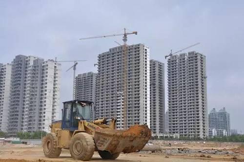2017和2018年,很多房企在北京不得不拿了很多限竞房地块,而现在的销售数据显示,全北京限竞房仅成交4530套,整体去化率仅为24%。库存最多的大兴,按照目前的去化水平,要3.1年才能完全卖掉。由于过去北京土地出让过于单一,几乎全是限竞房产品,产品结构极为单一,2019年的销售非常不乐观。
