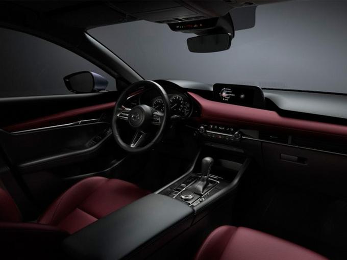 外观方面,新车采用了最新的家族式设计语言,前脸配备大尺寸多边形进气格栅,内嵌网状设计,两侧换装全新样式的大灯组并与格栅相连。车侧采用弧线形腰线,轿车标配16英寸铝合金轮毂,掀背车标配18英寸铝合金轮毂。尾灯组造型独特,内嵌双圆形灯带,点亮后辨别度极高,排气为双边共两出式布局。