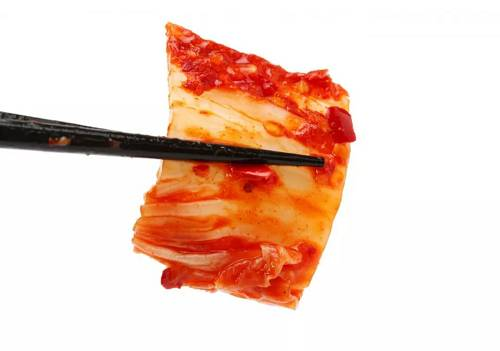 理论上讲,不难理解搬砖者如何在初期从「泡菜溢价」中获利:他们从海外的交易所买币,再以高得多的价格在韩国的交易所卖出,即所谓的「套利交易」,从差价中获利。