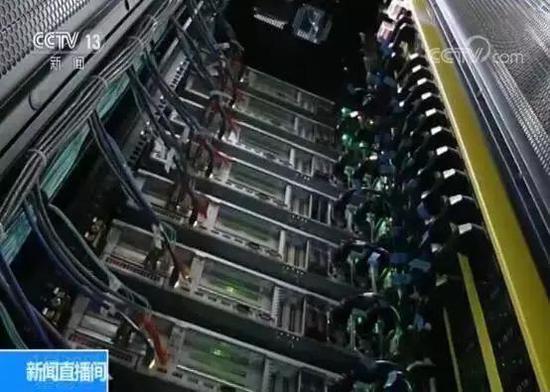 电是大数据机房的主要动力源,2018年,贵安新区的大数据产业园园区用电添长超过了80%,与之相匹配的是经济收好的迅速添长,园区5000个机柜,50000服务器通盘出售一空,新的四万平方米的大楼,今年三月将投运。