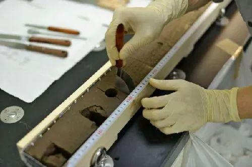 资料图片:日本发现大规模海底稀土矿,研究人员正在检查从南鸟岛以南太平洋海底采集的样本。(《日本经济新闻》网站)