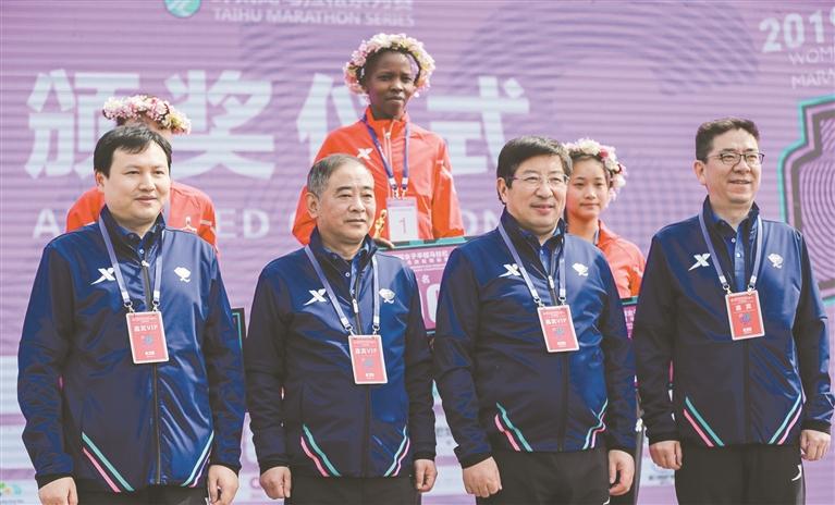 南京浦口国际女子半马昨日开跑 数千名女性跑者刮起甜蜜旋风