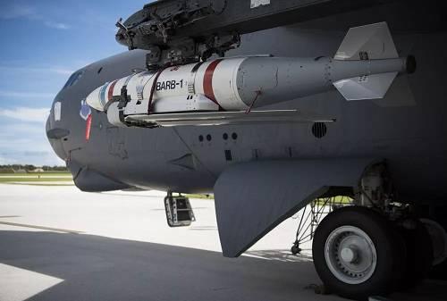 美军B-52H轰炸机挂载的新型远程滑翔水雷。