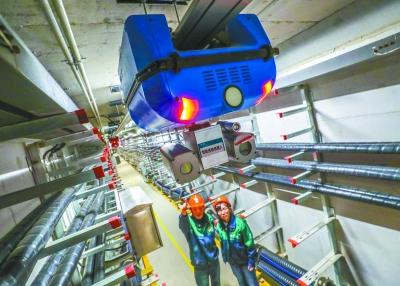 昨天,在北京城市副中心行政办公核心区地下综合管廊电力仓里,智能巡检机器人在对电力设施进行巡检。 本报记者 武亦彬摄