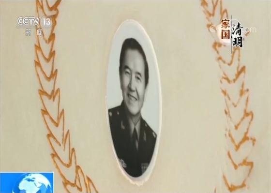 墓碑照片上微笑着的这位老人,56年前,毅然来到罗布泊,那时他只有26岁。