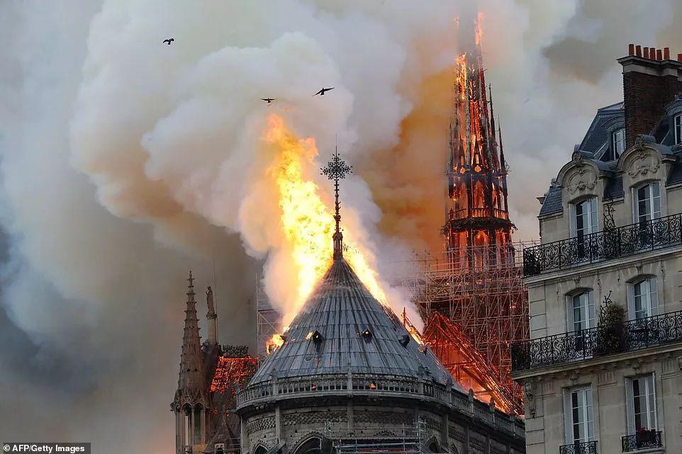 巴黎圣母院火灾后教堂内部图片曝光,还剩下什么?