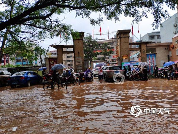 广东暴雨致百余架航班取消 周末强降雨持续