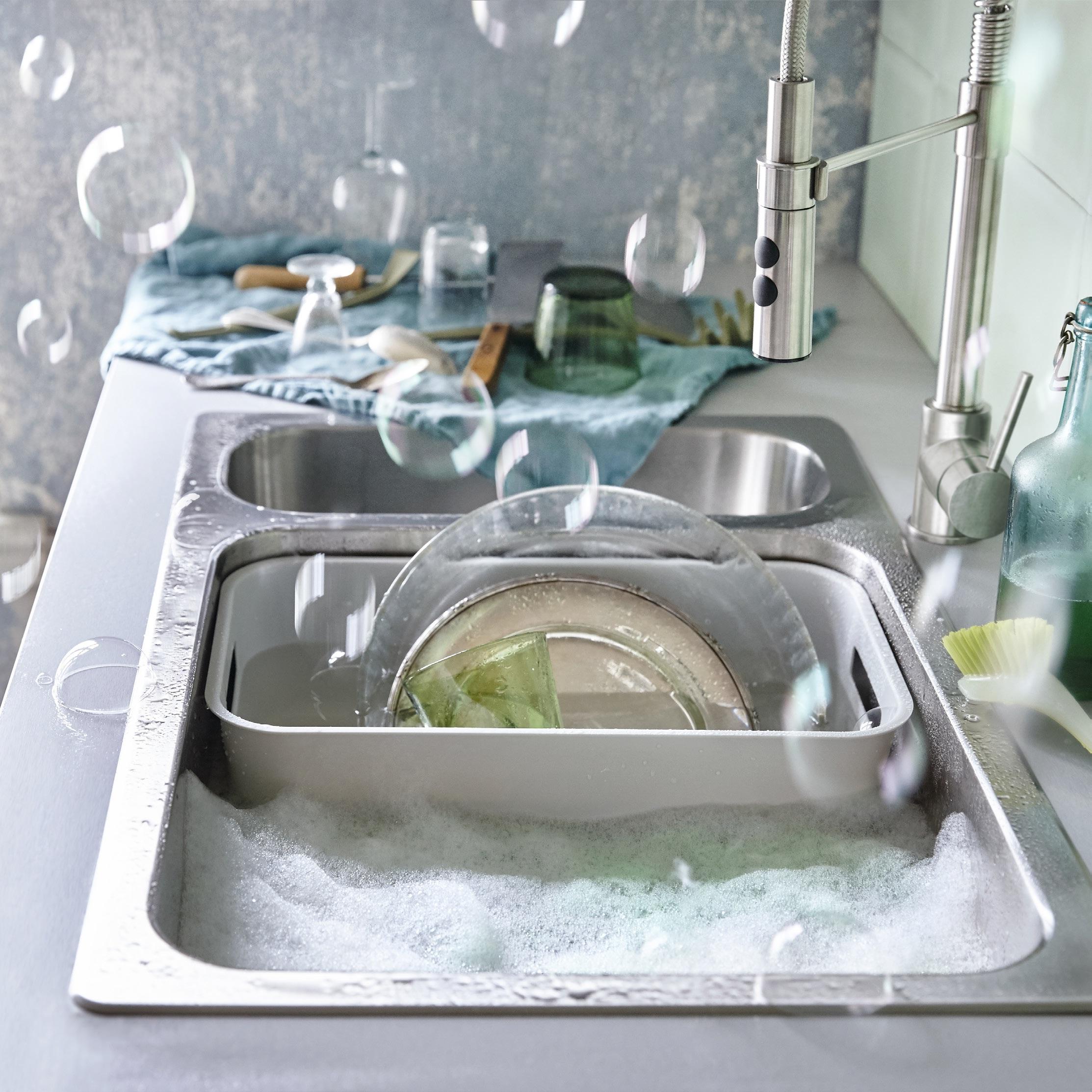 解决厨具收纳,要按照使用顺手原则。常用的锅具、厨具可以放在离灶台或水槽较近的位置,例如挂在墙面或操作台面置物架上便于取放;不常用的厨具则可以收在离灶台较远的橱柜。