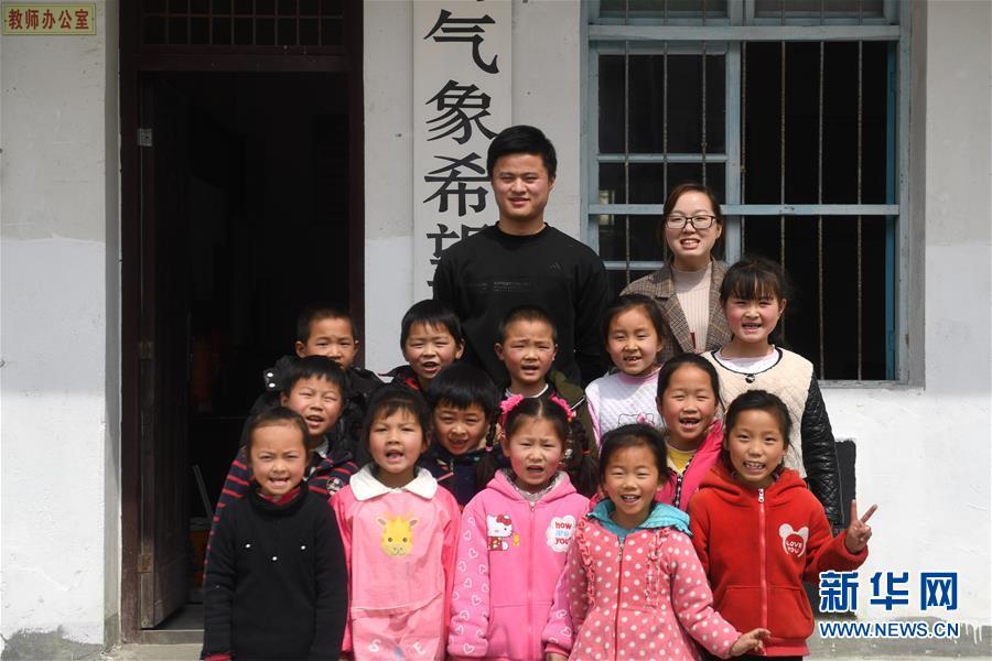 """大山深处的""""90后""""夫妻教师""""90后""""陈伟和妻子黄晓青扎根大山深处"""