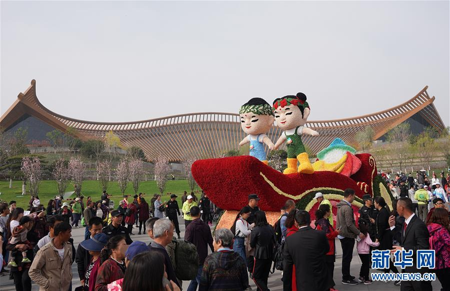 4月29日,花车巡游经过北京世园会中国馆。 新华社记者 王毓国