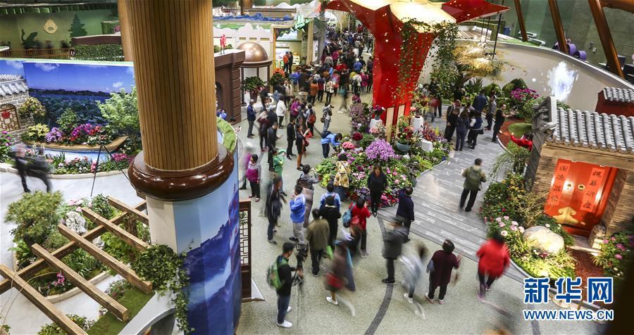 4月29日,参观者在北京世园会中国馆游览。 新华社记者 殷刚