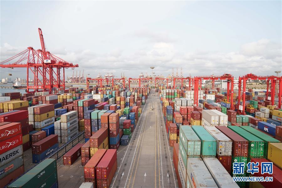 """这是斯里兰卡科伦坡国际集装箱码头(2018年8月2日拍摄)。科伦坡国际集装箱码头由中国招商局港口控股有限公司与斯里兰卡国家港务局合作建设。2017年11月,码头完成全部40台龙门吊及40个集装箱堆场""""油改电""""改造,这使其成为斯里兰卡第一家,也是南亚地区规模最大的绿色码头。 新华社记者 朱瑞卿"""