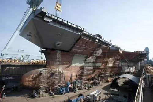 图为正在建造中的福特级航母2号舰肯尼迪号。