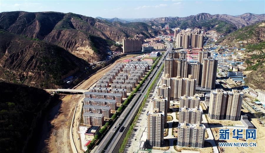 4月23日无人机拍摄的陕西延安安塞区位于道路两侧的惠泽园侨民安放小区。 新华社记者 刘潇