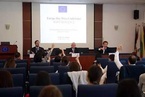 5月9日,欧盟驻华大使郁白(中)在新闻发布会现场答记者问。(《欧洲时报》网站)