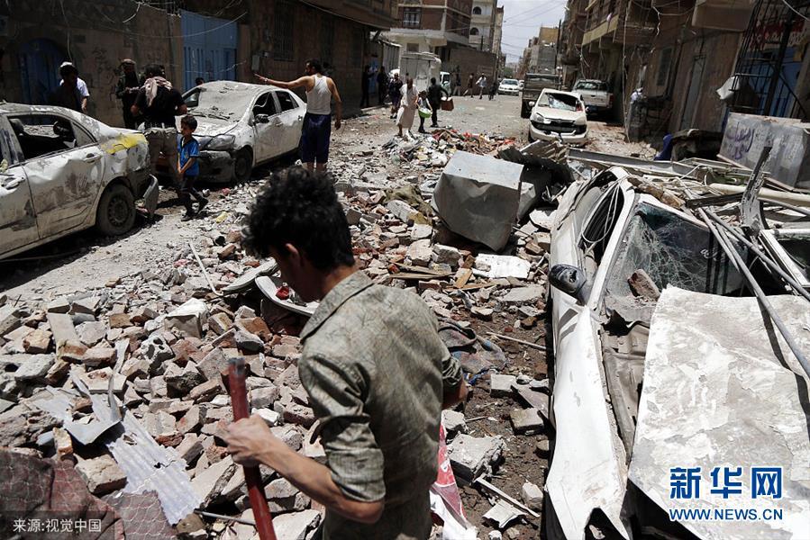 当地时间2019年5月16日,也门萨那,遭空袭后受损的房屋。也门胡塞武装16日说,沙特阿拉伯领导的多国联军当天对也门首都萨那实施密集空袭,造成至少6名平民死亡。(图片来源:视觉中国)