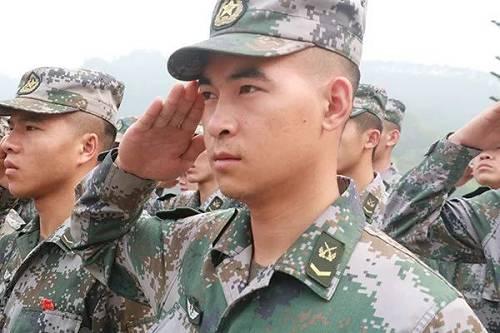 杜富国与战友一起祭奠革命先烈时,向革命烈士行军礼。杨萌 摄