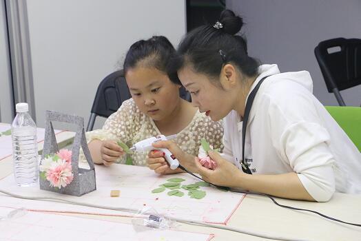 朝阳区开展亲子陪伴活动 家长孩子齐上手工课增进感情