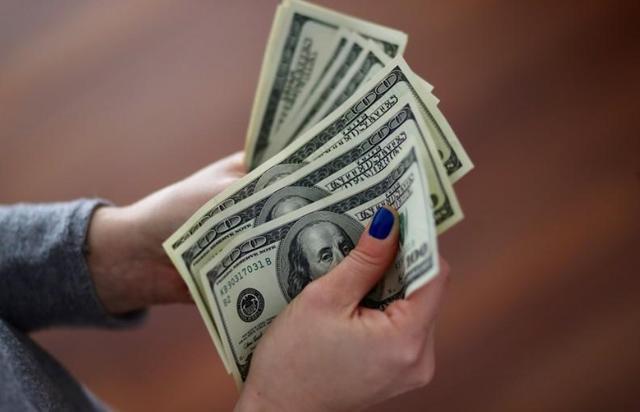 有新闻人士指出,面对经济阑珊的忧郁闷,美联储今年降息的能够性越来越高。所以,美国投资者开起买入避险资产。据德国商业银走外汇策略师Ulrich Leuchtmann外示,与一篮子其他货币相比,美元兑日元走强至98.22,其他货币对欧元和英镑的涨幅更为清晰,它有看不息第四个月上升。