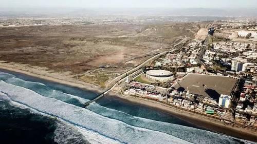 这是今年1月10日在。墨西哥边境城市蒂华纳航拍的美墨边境墙。画面左侧为美国,画面右侧为墨西哥。 (新华社)