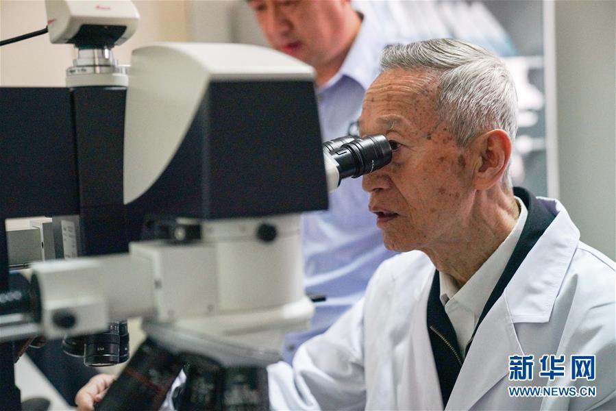 在黑龍江省公安廳刑事技術總隊實驗室中,崔道植在進行痕跡檢驗工作(6月11日攝)。新華社記者王松攝