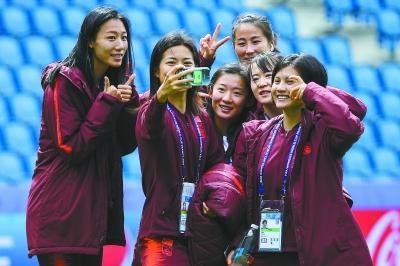 国产图片自拍图片_中国女足队员在踩场训练开始前自拍.供图/视觉中国
