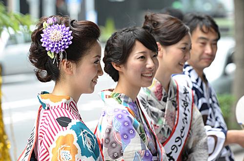 """在日本东京街头,市民参加""""七夕节""""庆祝活动。(新华社)"""