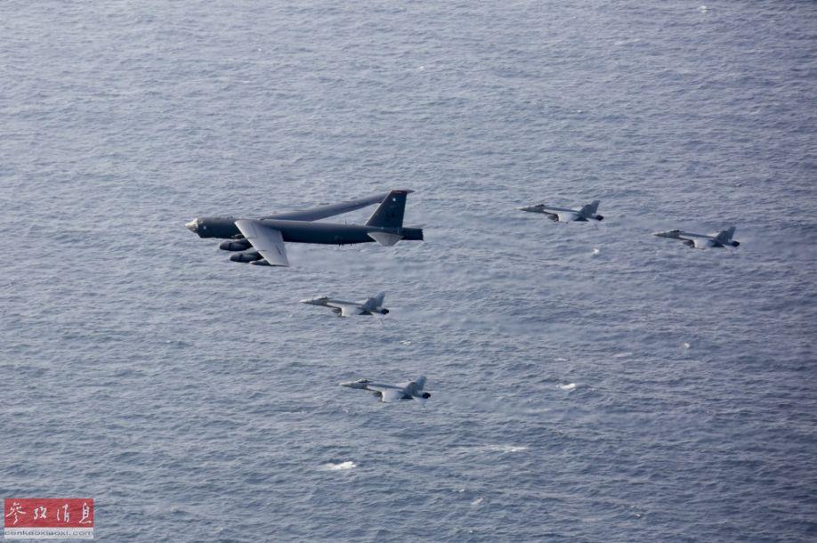 """伴飞机视角拍摄的B-52H轰炸机与""""大黄蜂""""舰载战机编队之二。"""