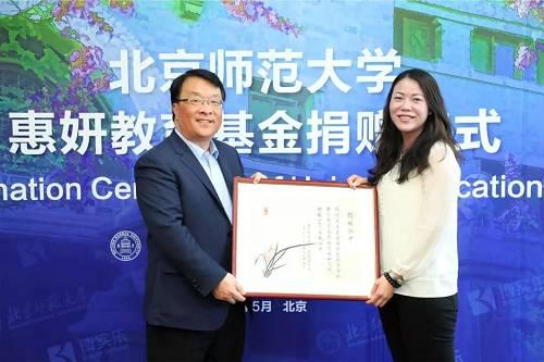 和大部分地产世家不同,1981年出生于广东顺德的杨惠妍,是香港上市公司碧桂园董事主席以及碧桂园最大股东杨国强的二女儿;在十几岁时,就已经跟随父亲参加公司会议并作总结分析。