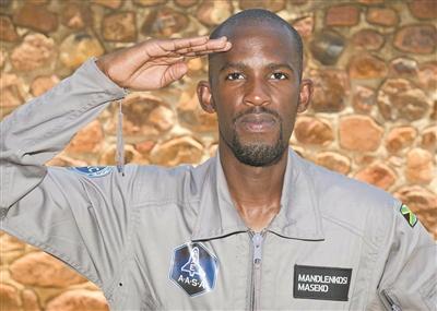 原本将第一个进入太空的非洲黑人 上周末骑摩托车出车祸身亡