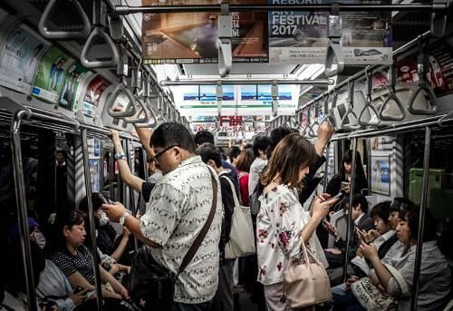 手机重塑了当代人的生活,也给我们的未来带来诸多想象。/ upsplash