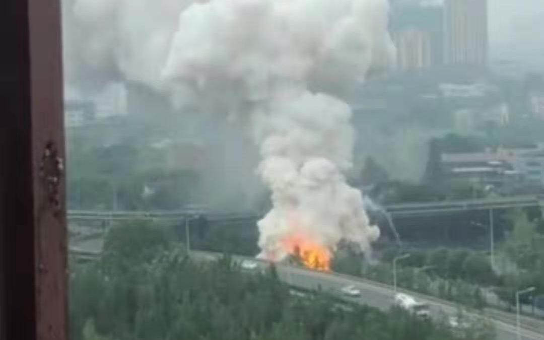 成都成渝立交附近一面包车自燃并爆炸,驾驶员被控制
