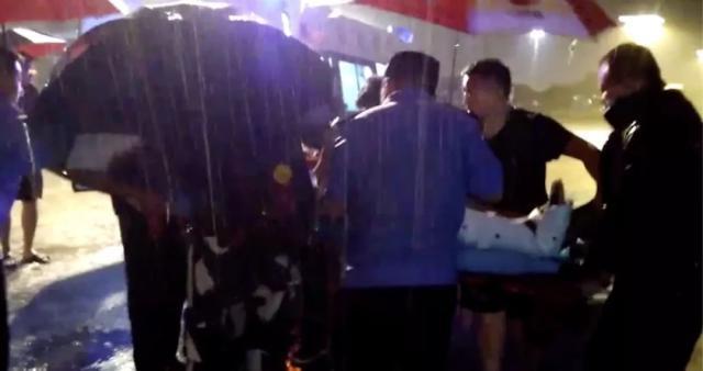 【向上吧河北】暴雨夜老人骑车摔倒,河北铁路民警半跪撑伞施救