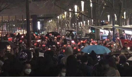 """面对乱港分子的挑衅,他们为国旗撑起雨伞,高唱《义勇军进行曲》,齐声呐喊""""祖国万岁!""""此情此景让人泪目……"""