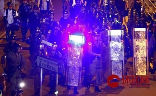 8月21日,中国香港。示威者向聚集在元朗西铁站外的机动部队警员照射激光笔挑衅。(环球时报-环球网赴香港特派记者崔萌/摄)