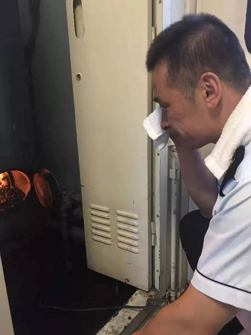 旅客来自中俄两国,虽然国籍不一样,但是夏天天气热,大家用水需求可是一样多!为了保证供水,我可不能怕热啊!