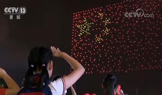 """超10万人共同见证!""""我和国旗同框"""" 999架无人机点亮花城夜空"""