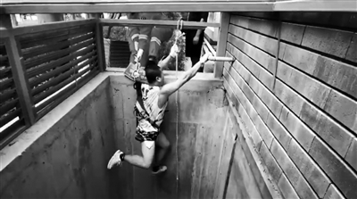 为救流浪猫  男子跳下6米通风井